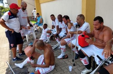 Jogadores ouvem as instruções do técnico Luiz Mendonça: título com 100% de aproveitamento