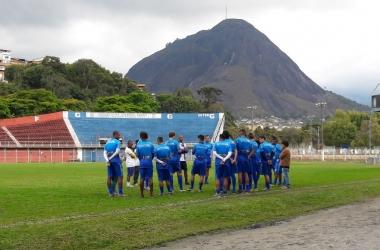 Grupo tricolor reunido no gramado antes do treino: cena que, possivelmente, vai demorar a se repetir