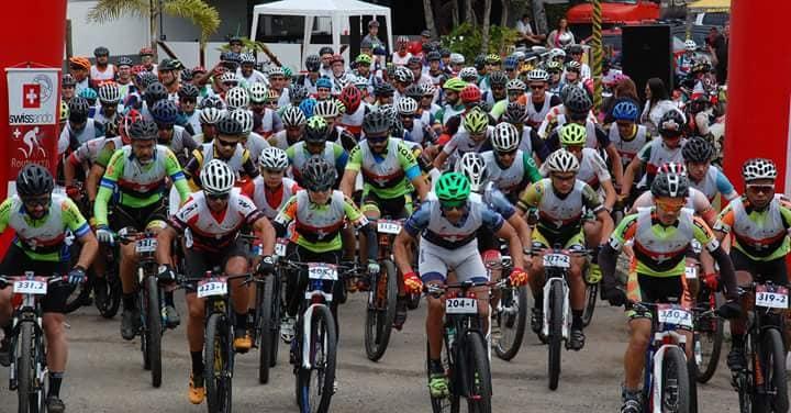 A largada abarrotada de ciclistas
