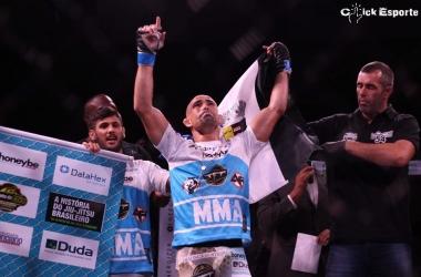 Victor Dias celebra mais uma vitória em sua carreira no MMA