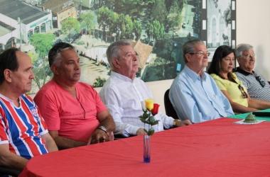 Autoridades, representantes e dirigentes formaram a mesa para as homenagens
