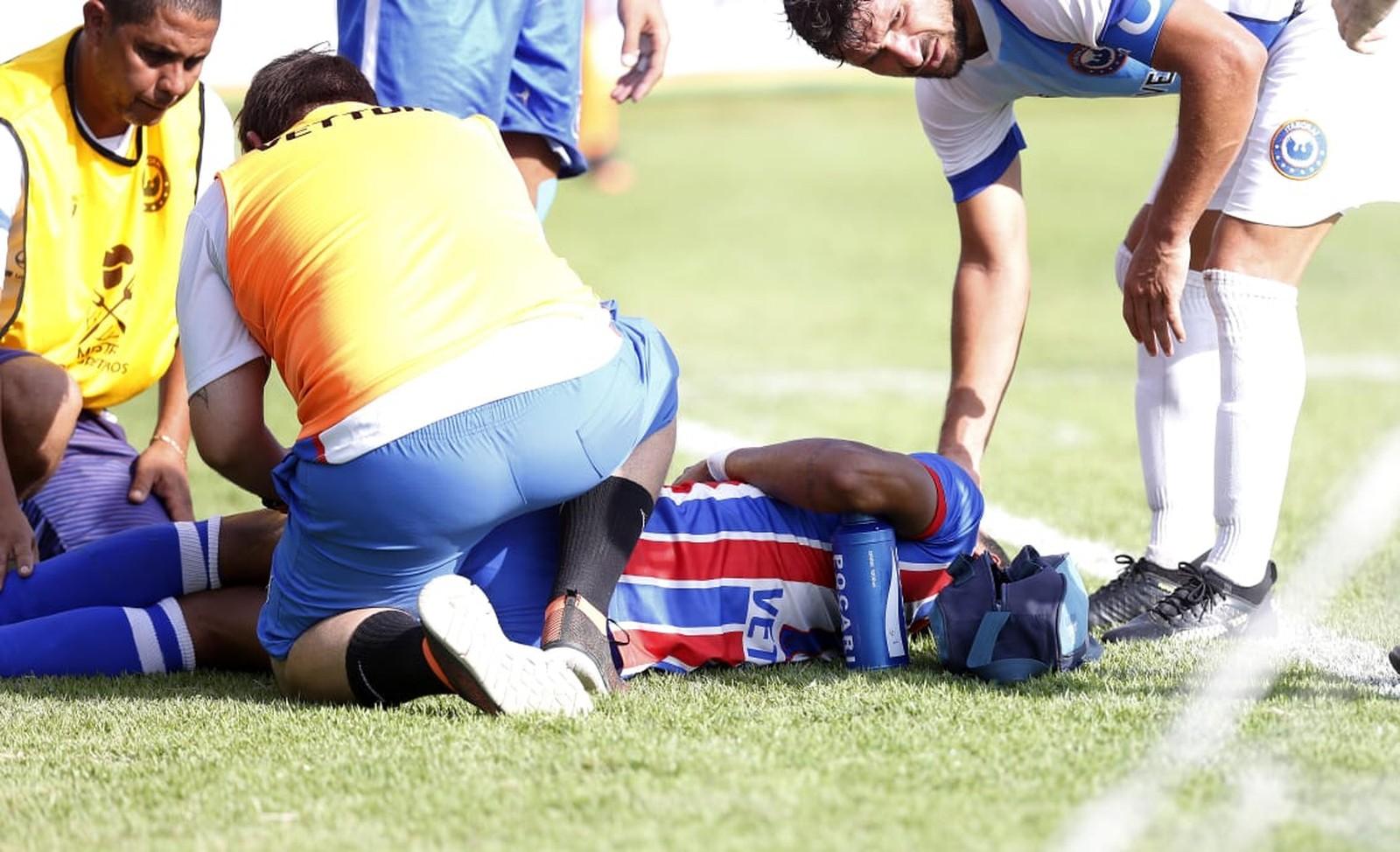 Dedé é atendido no gramado do Alzirão: cena forte e 14 pontos na coxa do atacante