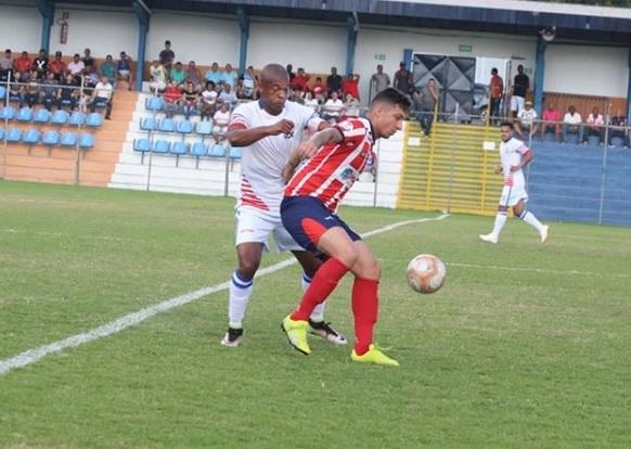 Sérgio Gomes disputa jogada com adversário: jogo da volta acontece semana quem no Eduardo Guinle (Foto: Rodrigo Henrique/ RH Assessoria)