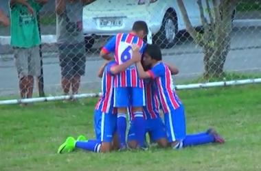 A equipe comemora o gol da vitória