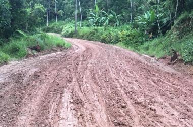 A estrada de Rio Bonito: lama pura (Foto de leitor)