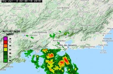 A aproximação de núcleos de chuva do litoral na noite de quarta (Reprodução da web)