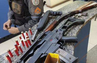 A réplica de fuzil apreendida na região este mês (Foto: 11 BPM)