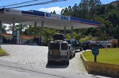 Fila do GNV no único posto em Friburgo, em Duas Pedras, que oferece o combustível hoje (Arquivo AVS/ Henrique Pinheiro)