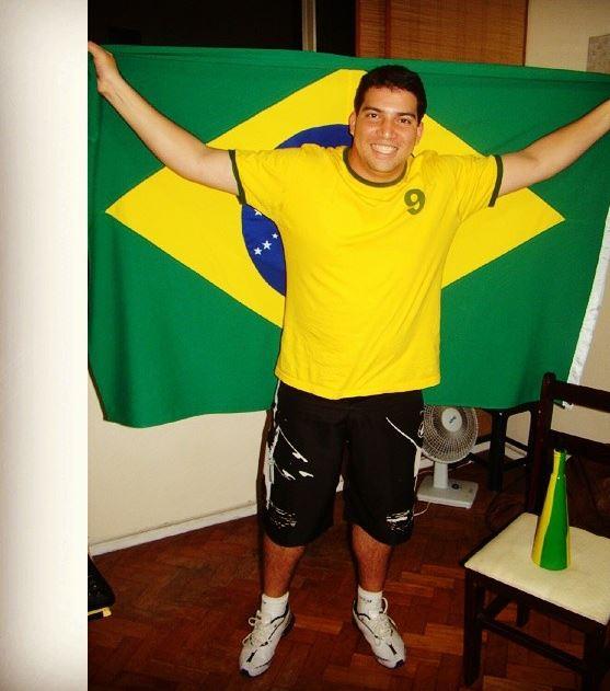 O repórter do AVS Guilherme Alt: Copa só em casa, na ponta direita do sofá maior da sala (Arquivo pessoal)
