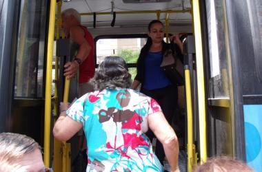 Idosos embarcam em ônibus (Arquivo AVS)