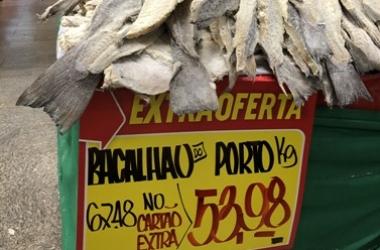 Bacalhau a R$ 53,98 num mercado da cidade (Foto: Thiago Lima)