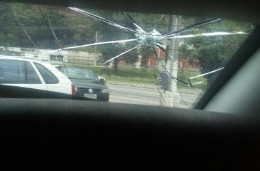 A marca da violência do impacto deixada no vidro do carro do parlamentar, em 5 de dezembro passado (Arquivo AVS)