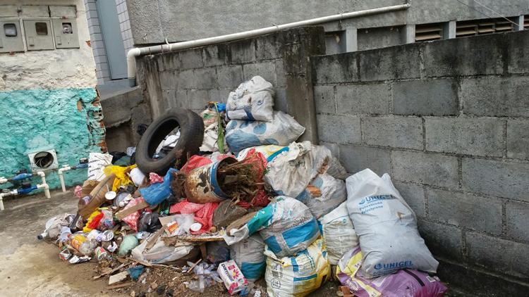 Uma grande quantidade de lixo e entulhos foi retirada pelas equipes da Subprefeitura nos últimos dias (Foto: Secom-NF)
