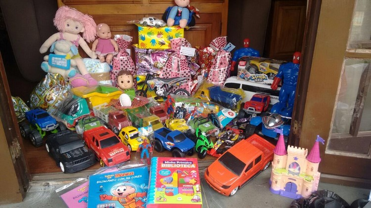 Brinquedos arrecadados pelo show beneficente Kombi Noel (Arquivo pessoal Alexandre Cunha)