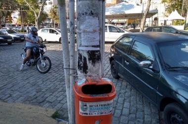 Cartazes em mobiliário urbano: multa de até R$ 3 mil (Fotos: Guilherme Alt)