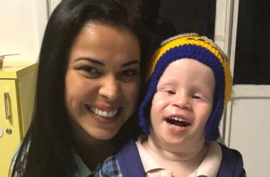 Juliana Alvarenga com uma das crianças que ganharam toucas (Arquivo pessoal)
