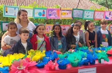 Os alunos apresentam suas criações na feira (Divulgação)