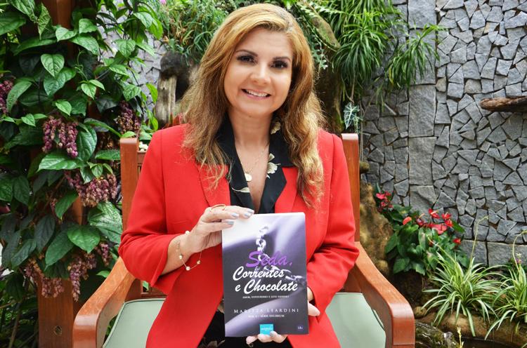 """Maritza Leardini e seu primeiro romance, """"Seda, Correntes e Chocolates"""" (Foto: Divulgação)"""