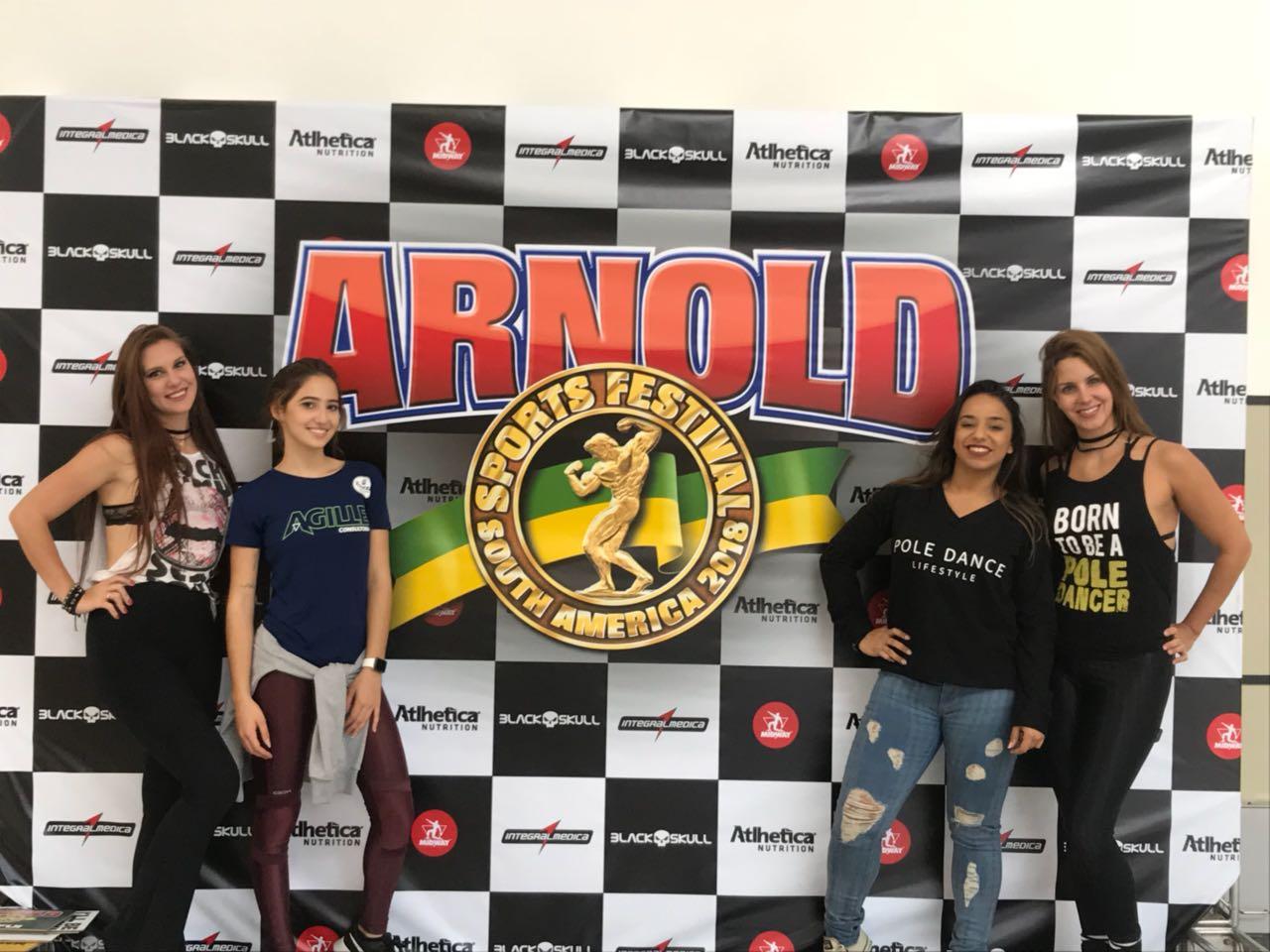 As instrutoras Drielle Rocha, Eduarda Farias e Helena Ventura com a aluna Leticia Ismerio (