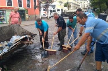 O secretário Amarílio Salarini (de camisa escura) reforça a equipe de varrição (PMNF)