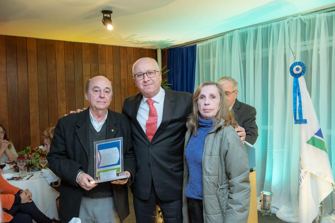 Cesar Iorio Gomes com sua mulher e Bráulio Rezende (ao centro)