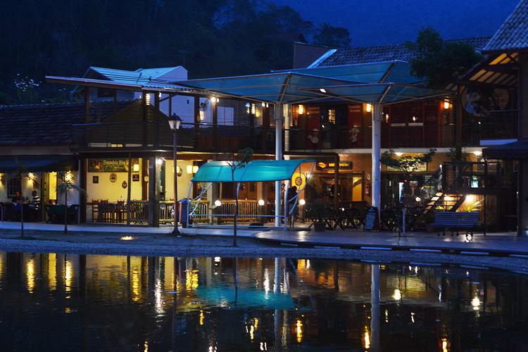 O complexo de bares em frente ao lago (Fotos: Henrique Pinheiro)