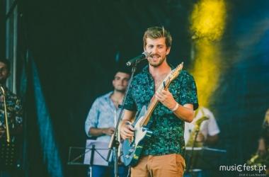 Tiago Nacarato canta e toca guitarra (Reprodução da web)