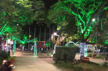 A Praça Dermeval Barbosa Moreira iluminada para o Natal (Arquivo AVS)