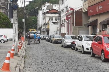 Obra agora é executada na Rua Augusto Spinelli, que amanheceu fechada (Fotos: Adriana Oliveira)