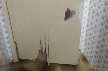 A porta da cozinha quebrada por Bulk e Capitu, apavorados com os fogos (Foto de leitor)