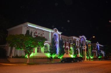 A Prefeitura de Nova Friburgo iluminada para o Natal (Arquivo AVS/ Henrique Pinheiro)