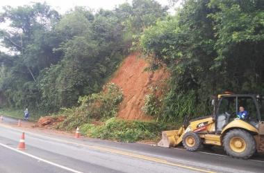 A queda de barreira no Km 37 (Foto: Rota 116)