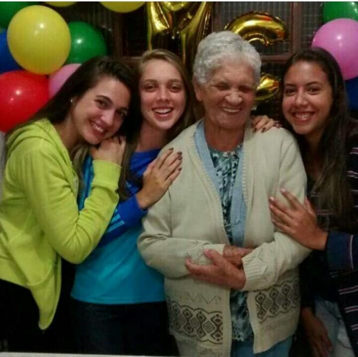 Maria da Conceição e suas netas, entre elas Raphaella Blaudt (ao centro)