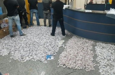 Os papelotes no piso do 11 BPM