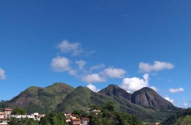 O céu na manhã deste sábado, visto das Braunes (Foto da leitora Vera Barcellos)