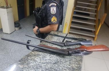 Armas apreendidas em Trajano de Moraes (Foto: 11 BPM)