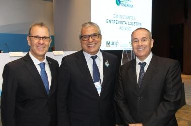 O deputado Christino Áureo, da Freper, (ao centro), ao lado do ministro das Minas e Energia, Bento Albuquerque e o presidente da ANP, Décio Oddone