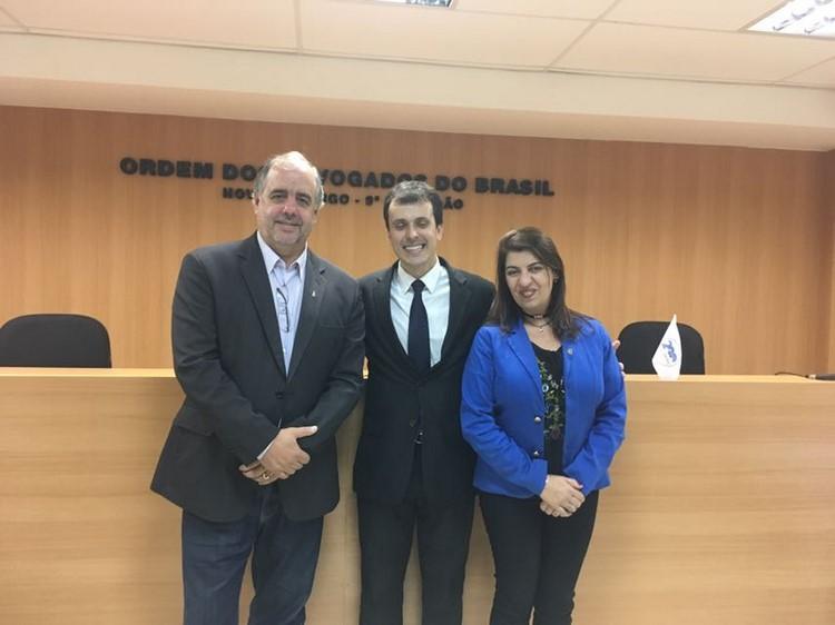 O mestre em Direito Vinicius Escobar entre os vereadores Joelson do Pote e Luciana