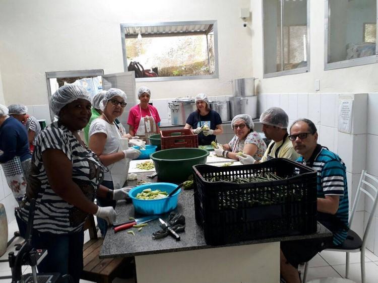 Ps voluntários trabalhando na cozinha do Laje (Reprodução Facebook)