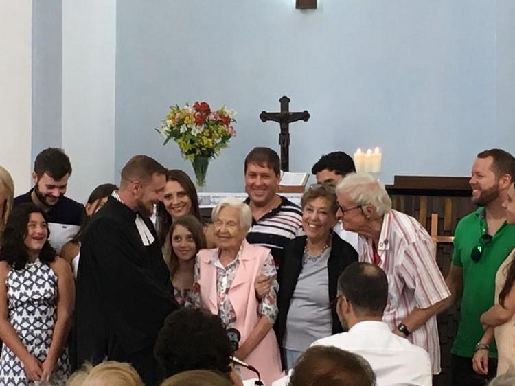 O pastor Gerson cumprimenta dona Brigitte, cercada de familiares