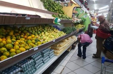 Nos mercados da cidade, prateleiras cheias, outras vazias (Fotos: Alerrandre Barros)