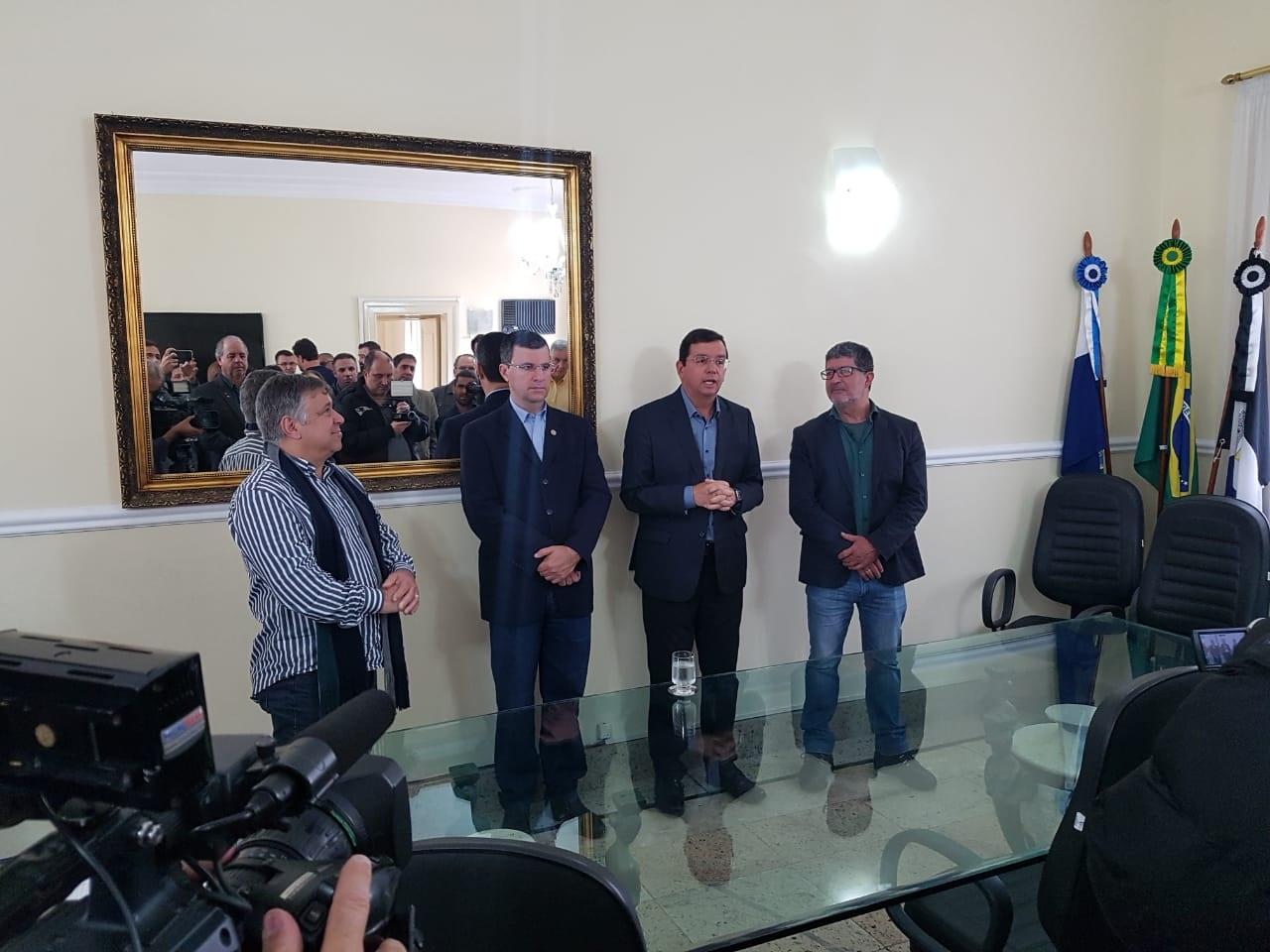 Na transmissão do cargo, o empresário Olney Botelho, o vereador Alexandre Cruz, Renato e Marcelo (Foto: Alerrandre Barros)