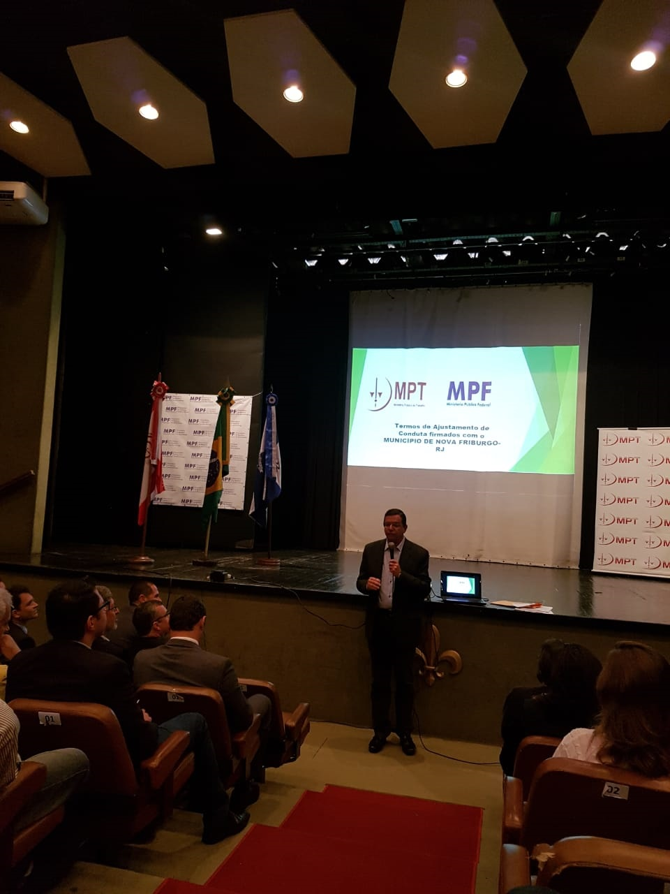 O prefeito Renato Bravo fala para a plateia (Fotos: Alerrandre Barros)