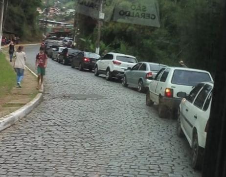 A fila de carros em São Geraldo devido à Black Friday (Reprodução da web)