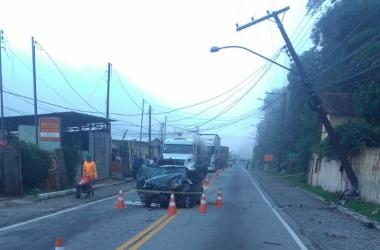O veículo destruído após a colisão com o poste (Foto de leitor)
