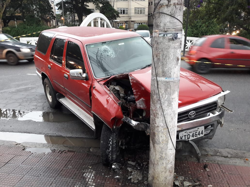 O carro após a colisão (Foto de leitor)