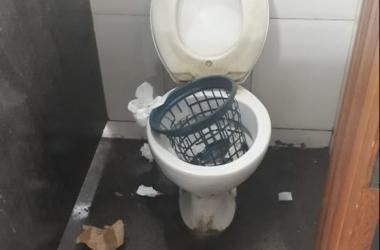 Banheiro público da Estação Livre é vandalizado