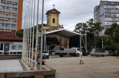 A montagem do palco na Praça Dermeval (Foto: Alerrandre Barros)