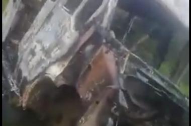 A van queimada após o roubo (Foto de leitor)