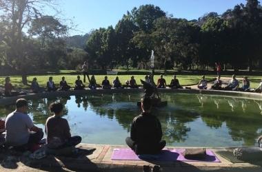 A meditação coletiva à beira do lago acontecendo na manhã deste sábado, 23 (Fotos: Adriana Ventura)